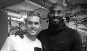 Décédé hier dans un accident d'hélicoptère à l'âge de 41 ans, le légendaire Kobe Bryant a marqué l'histoire du basket et suscité l'admiration de nombreux sportifs dont les athlètes français. Ils ont tenu à rendre hommage au Black Mamba sur les réseaux sociaux.