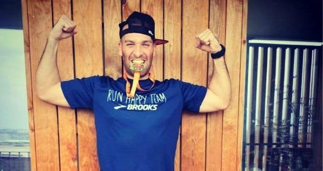 En confinement dans la banlieue de Toulouse, Elisha Nochomovitz a tenté le pari fou de finir un marathon… sur son balcon, long de sept mètres. Un défi réussi en 6het48 minutes.