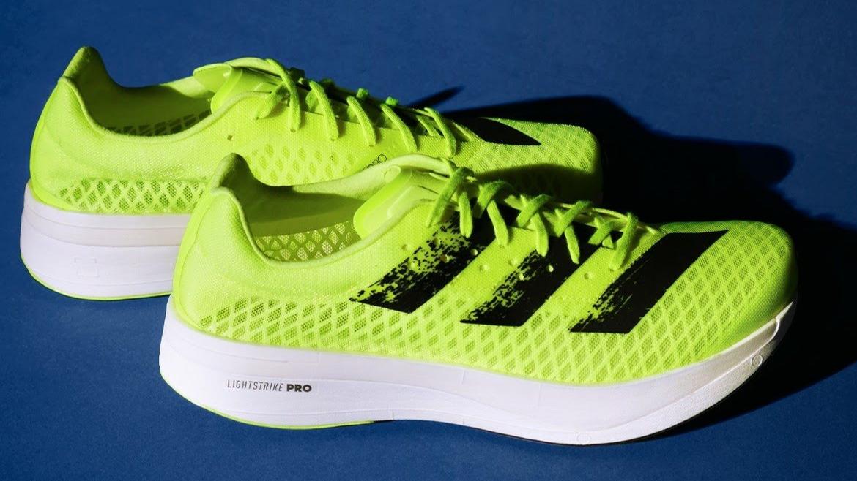"""Véritable fer de lance de la marque aux trois bandes dans le monde du running depuis sa sortie en juin dernier, la Adizero Adios Pro ne cesse de se renouveler. Adidas a dévoilé un nouveau coloris """"Sunrise Bliss"""" à sa paire."""