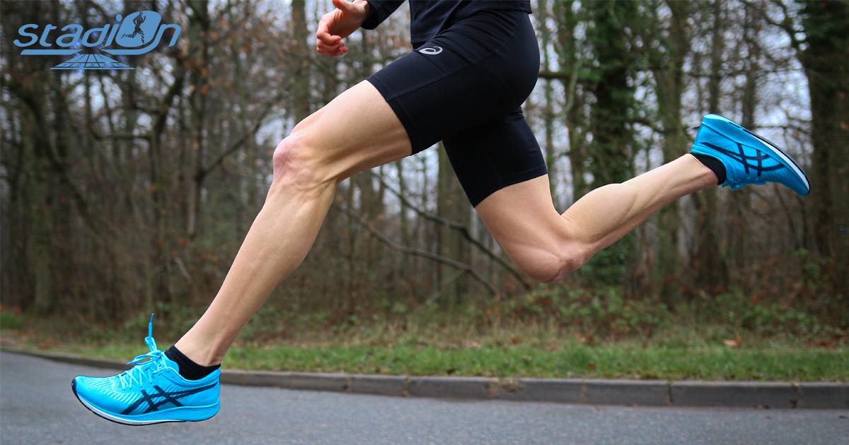Sortie en juin dernier en vue des Jeux olympiques de Tokyo en 2020, la METARACER d'Asics est une chaussure ultra-rapide équipée d'une plaque carbone.
