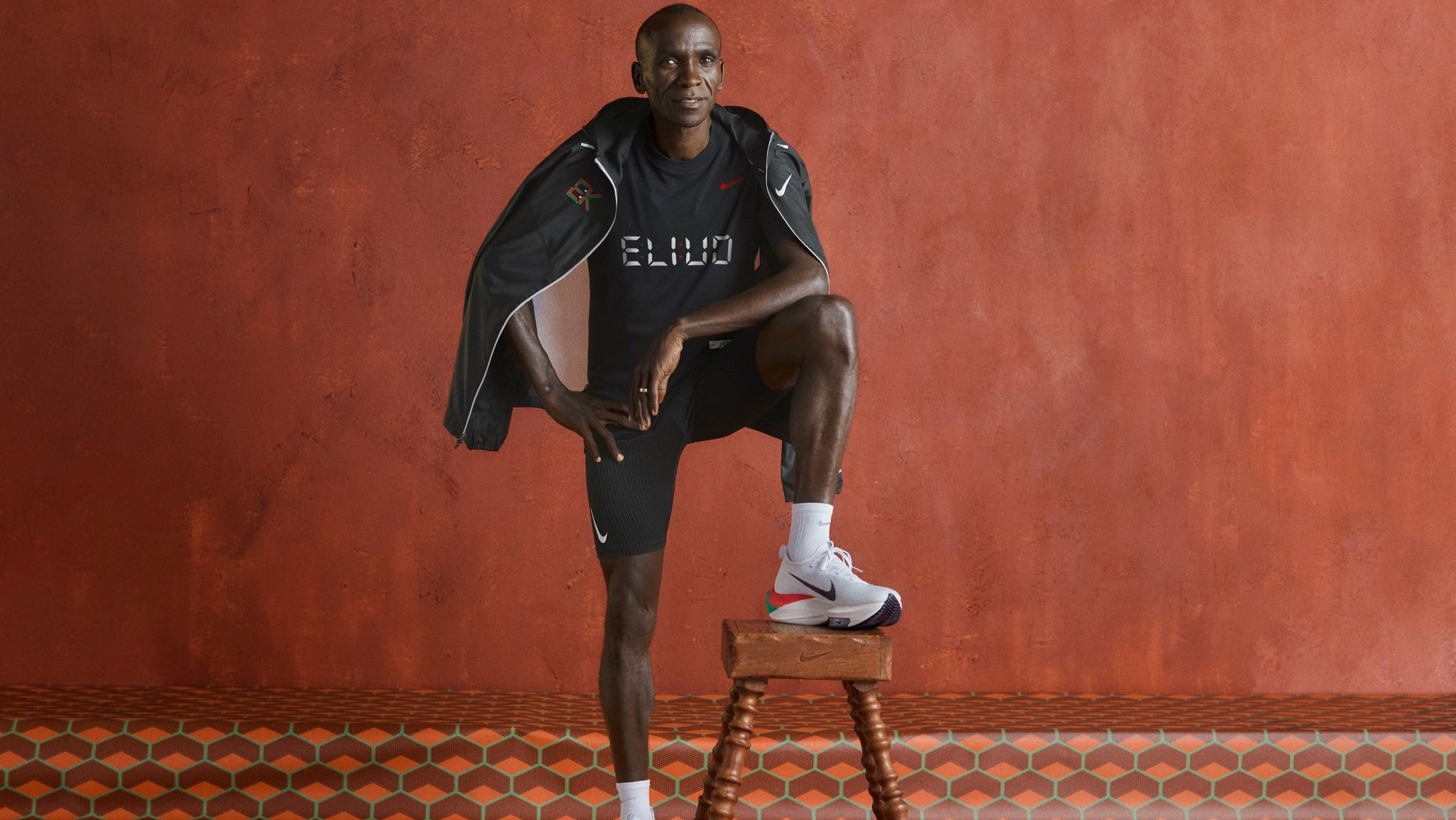 Alors qu'on vous en parlait déjà en octobre dernier, le recordman du monde du marathon Eliud Kipchoge va lancer sa collection avec Nike. Elle sera composée de vêtements et de chaussures dont l'Alphafly Next% et la Pegasus 37 aux couleurs de son pays d'origine, le Kenya.