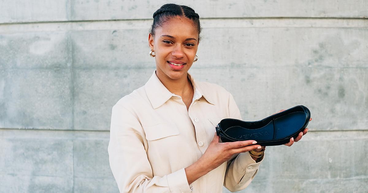 Avec la semelle Key One adaptée aux pointes d'athlétisme, Coralie Gassama propose une solution à la problématique de marche hors-piste les pointes aux pieds, pour le rangement et la protection de ses affaires.