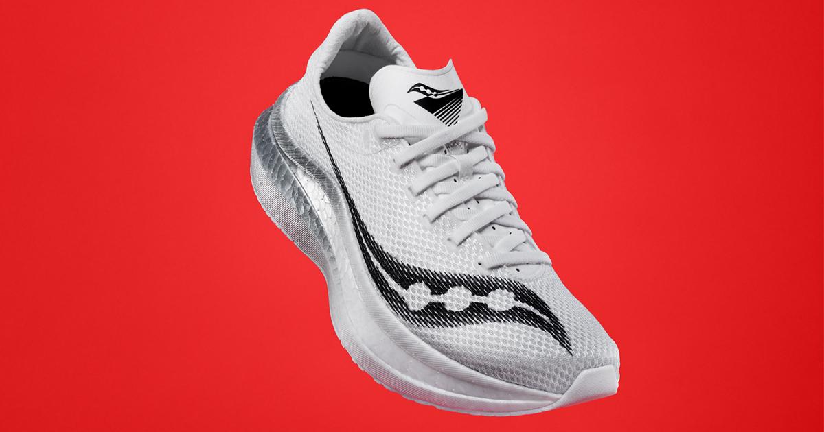 Saucony a dévoilé l'Endorphin Pro+, sa nouvelle chaussure de compétition équipée d'une plaque carbone, dont la sortie est prévue le 28 septembre.